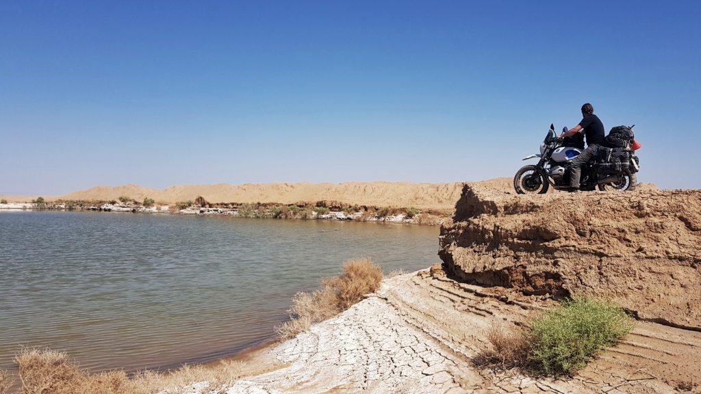 Salzsee in der Wüste im Iran